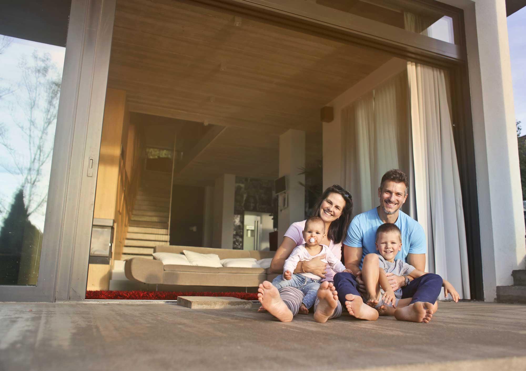Famiglia felice con i propri figli in una casa Passiva - Mac Costruzioni Generali