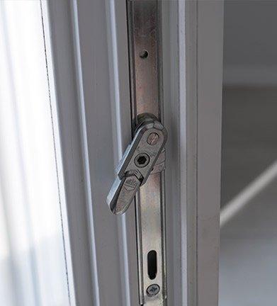 Dettaglio della chiusura di una porta di una casa passiva a Mantova di MAC Costruzioni Generali