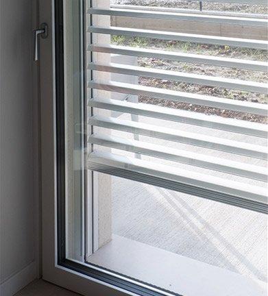 Dettaglio di una finestra con triplo vetro di una casa passiva a Mantova di MAC Costruzioni Generali