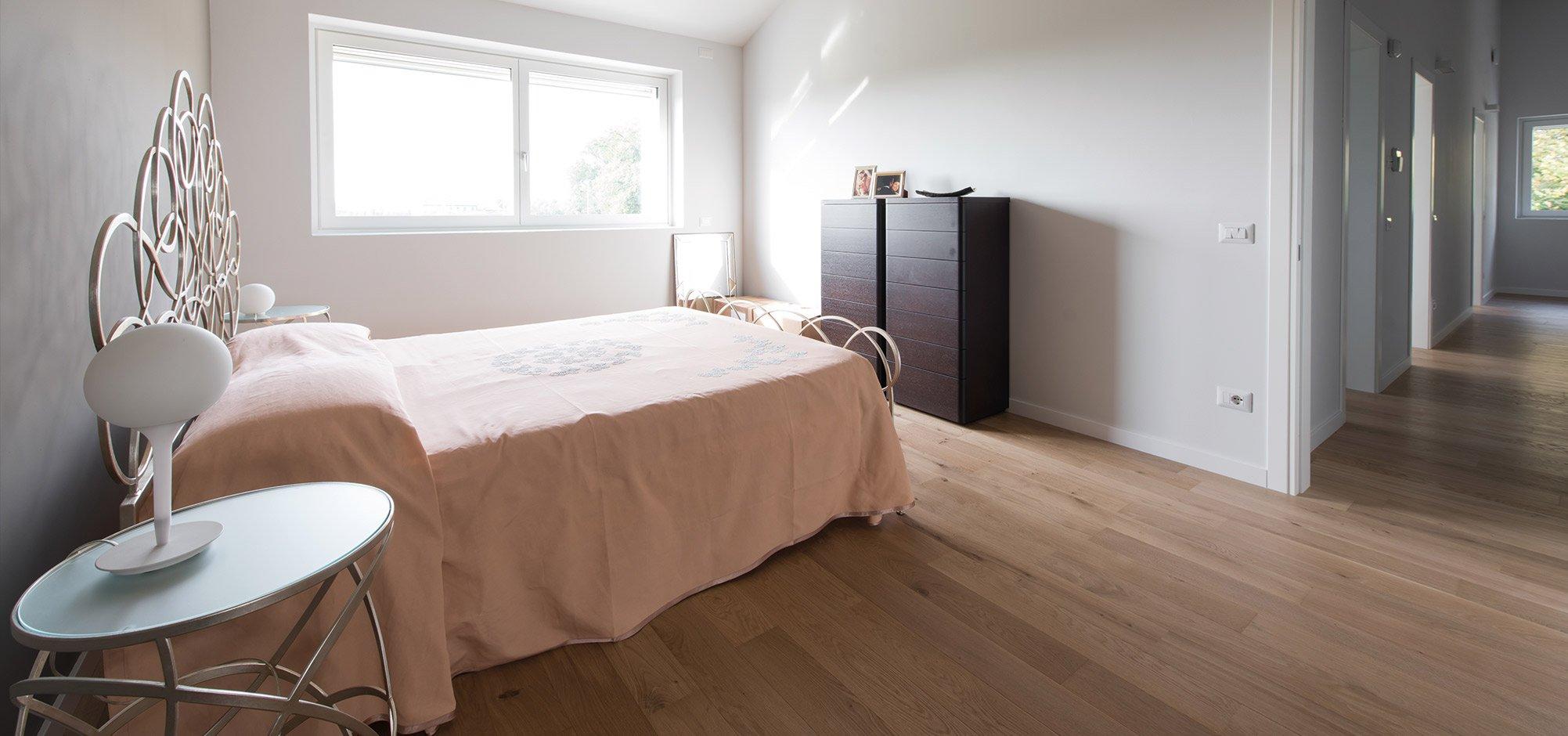 Camera da letto vista1 di una casa passiva a Mantova di MAC Costruzioni Generali