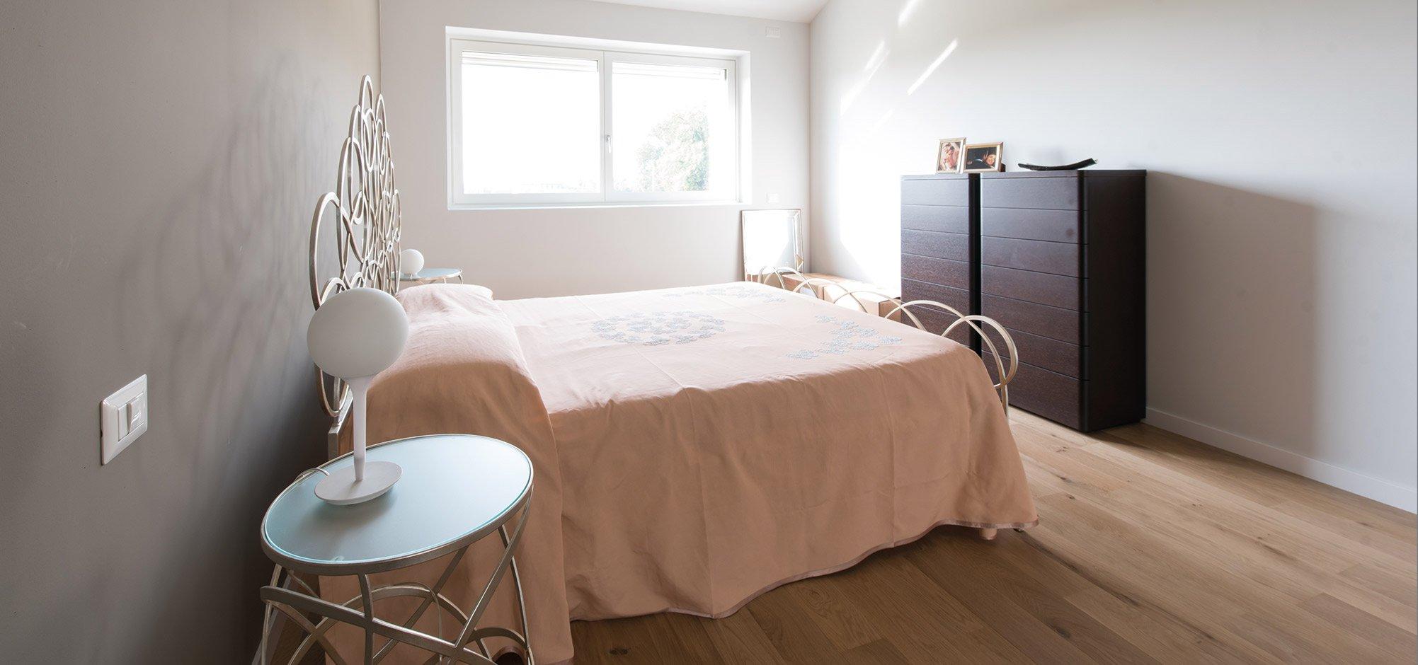 Camera da letto vista 3 di una casa passiva a Mantova di MAC Costruzioni Generali