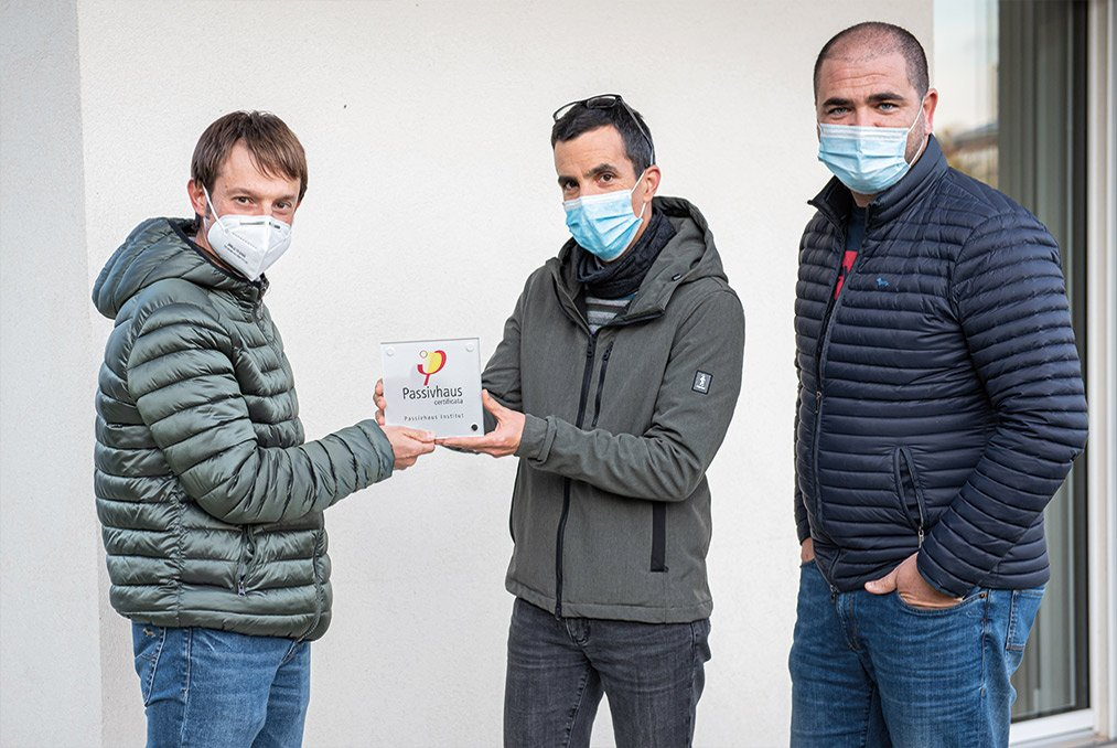Consegna targa passivhaus di una casa passiva a Mantova di MAC Costruzioni Generali