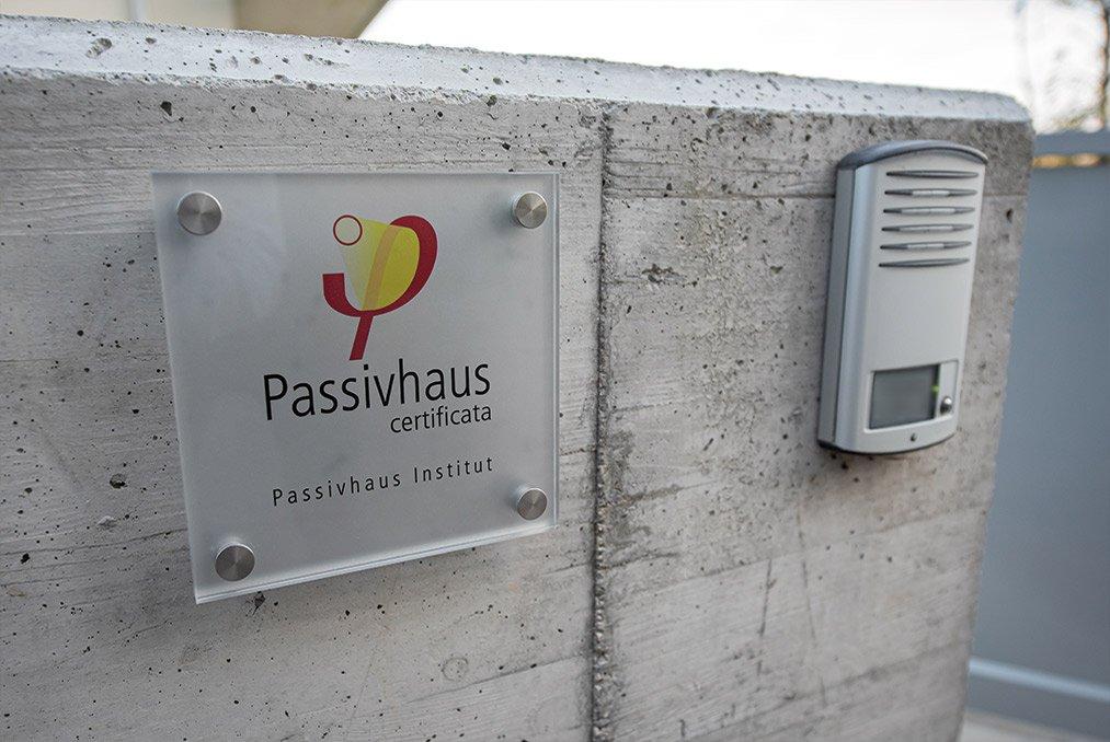Targa Passivhaus di una casa passiva a Mantova di MAC Costruzioni Generali