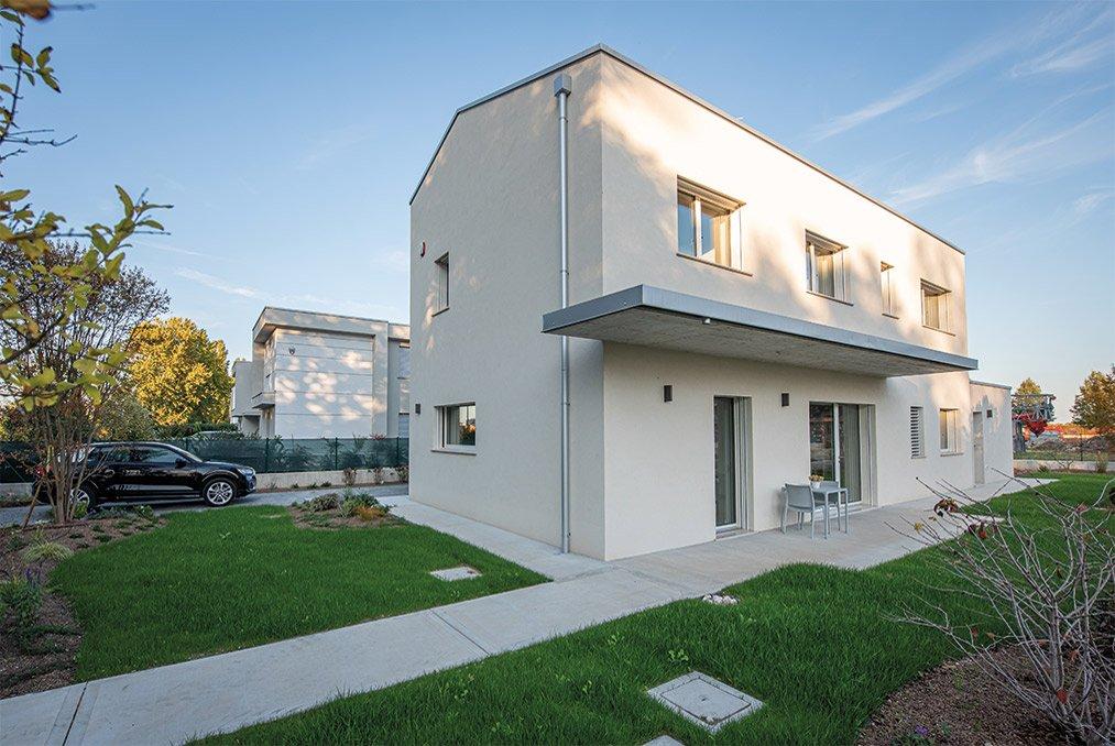 Esterno di una casa passiva a Mantova di MAC Costruzioni Generali