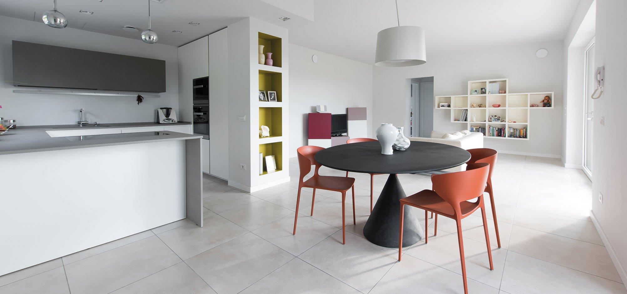 Soggiorno con tavolo di una casa passiva a Mantova di MAC Costruzioni Generali