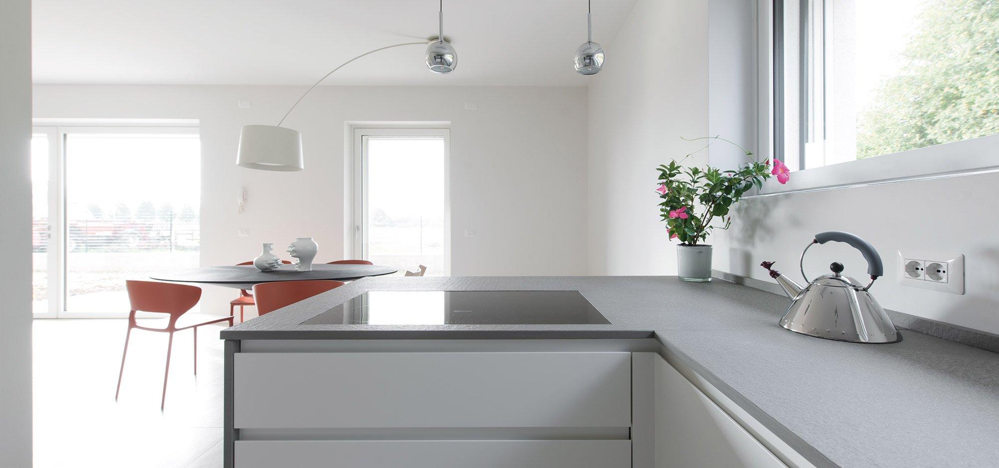 Piano cucina di una casa passiva a Mantova di MAC Costruzioni Generali