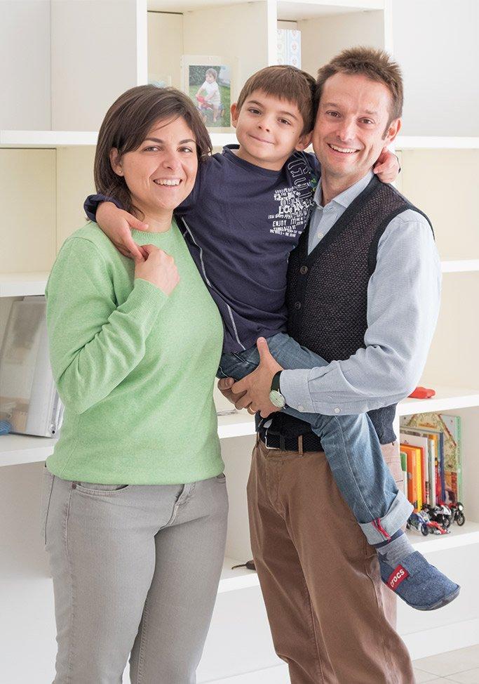Famiglia all'interno di una casa passiva a Mantova di MAC Costruzioni Generali